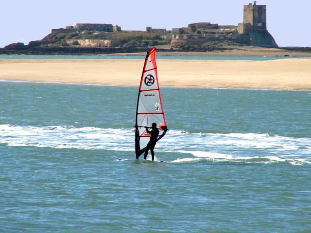 Windsurf frente al castillo de Sancti-Petri